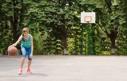 滴下篮球的女孩 免版税库存图片