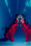水下红色的礼服 免版税库存照片