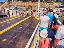 下船露天甲板车轮渡, Kefalonia,希腊的乘客 免版税库存照片