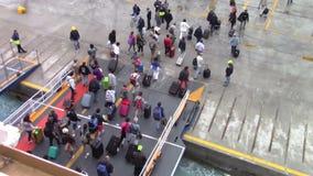 下船从渡轮的人们 股票录像