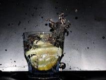 水下落和柠檬 免版税库存图片