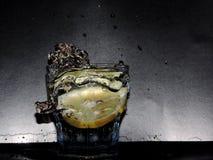 水下落和柠檬 免版税库存照片