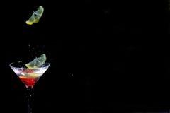 下落玻璃柠檬马蒂尼鸡尾酒 免版税库存图片