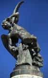 下落的天使(Fuente del Angel Caido)的下落的天使, Buen Retiro公园的聚焦的喷泉或纪念碑  图库摄影