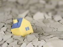 下落的微型黄色玩具房子 免版税库存照片