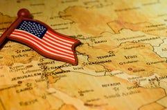 下落的旗子在中东 免版税库存图片
