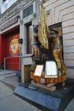 下落的消防队员纪念在前面纽约消防队Squad Company 1在布鲁克林, 免版税库存照片