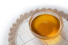 下落胡麻在被传统化的油里面的亚麻花 库存照片
