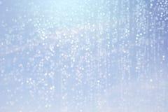 下落水和bokeh抽象背景蓝色 免版税图库摄影