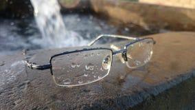 下落围拢的眼镜 免版税库存图片