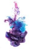 水下蓝色和紫罗兰色墨水颜色的下落 免版税库存照片