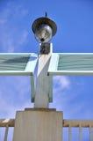 下蓝色建筑闪亮指示天空 免版税库存照片