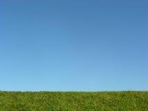 下蓝色草绿色天空 库存照片