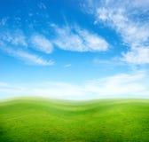 下蓝色草绿色小山天空 免版税图库摄影