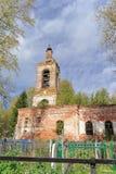 下诺夫哥罗德地区,俄罗斯 - 10月01日 2016年 公墓的被放弃的东正教在村庄Novinki 免版税库存照片