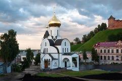 下诺夫哥罗德,俄罗斯2017年8月05日:上帝的母亲的喀山象的教会一个城市风景的在 免版税库存图片