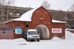 下诺夫哥罗德,俄罗斯- 2016年11月07日:大门红色Bugrovsky公墓的后面视图在冬天 免版税库存图片