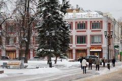 下诺夫哥罗德,俄罗斯- 2016年11月07日:步行街道叫Bolshaya Pokrovskaya街 库存图片