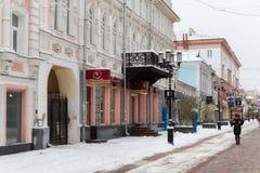 下诺夫哥罗德,俄罗斯- 2016年11月07日:步行街道叫Bolshaya Pokrovskaya街 免版税库存图片