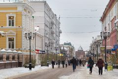 下诺夫哥罗德,俄罗斯- 2016年11月07日:步行街道叫Bolshaya Pokrovskaya街 免版税库存照片