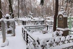 下诺夫哥罗德,俄罗斯- 2016年11月07日:红色Bugrovsky公墓在冬天 库存照片