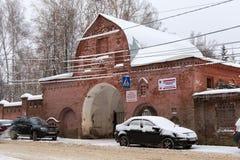 下诺夫哥罗德,俄罗斯- 2016年11月07日:红色Bugrovsky公墓的大门在冬天 库存照片