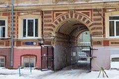 下诺夫哥罗德,俄罗斯- 2016年11月07日:老破旧的大厦的片段在Bolshaya Pokrovskaya街上的 库存照片