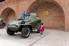 下诺夫哥罗德,俄罗斯- 5月3 2013年 使用在防弹车BA-64的孩子在军用设备的陈列 库存照片