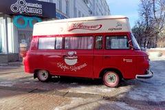 下诺夫哥罗德,俄罗斯- 2月5 2016年 流动咖啡馆咖啡机器爱在Pokrovskaya街道 免版税库存图片