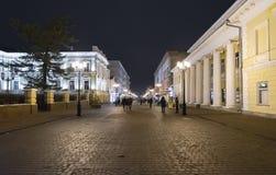 下诺夫哥罗德,俄罗斯- 11月1 2015年 Bolshaya Pokrovskaya街-城市的历史的部分的旅游步行者 图库摄影