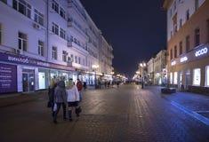 下诺夫哥罗德,俄罗斯- 11月1 2015年 Bolshaya Pokrovskaya街-城市的历史的部分的旅游步行者 库存照片