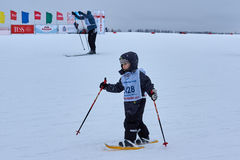 下诺夫哥罗德,俄罗斯- 2017年2月11日:滑雪竞争俄罗斯2017年 kiting的河滑雪多雪的体育运动冬天 家庭冠军 免版税库存照片
