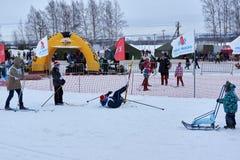 下诺夫哥罗德,俄罗斯- 2017年2月11日:滑雪竞争俄罗斯2017年 kiting的河滑雪多雪的体育运动冬天 家庭冠军 图库摄影