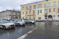 下诺夫哥罗德,俄罗斯- 2015年11月03日 汽车的运动在Nizhnevolzhskoy堤防的 历史的市中心 免版税库存照片
