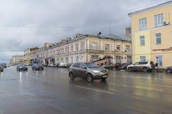 下诺夫哥罗德,俄罗斯- 2015年11月03日 汽车的运动在Nizhnevolzhskoy堤防的 历史的市中心 库存图片