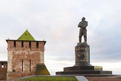 下诺夫哥罗德,俄罗斯- 2015年11月11日 观点的克里姆林宫的圣乔治塔和纪念碑飞行员契卡洛夫 库存图片