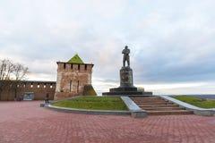 下诺夫哥罗德,俄罗斯- 2015年11月11日 观点的克里姆林宫的圣乔治塔和纪念碑飞行员契卡洛夫 免版税库存图片