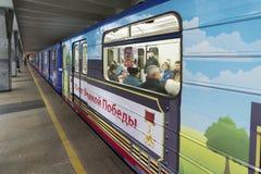 下诺夫哥罗德,俄罗斯- 11月02 2015年 70胜利trainat周年在地铁站Avtozavodskaya的 免版税库存照片