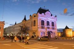 下诺夫哥罗德,俄罗斯-04 11 2015年 米宁和Pozharsky摆正与看法历史大厦城市杜马,现在地方associ 库存图片