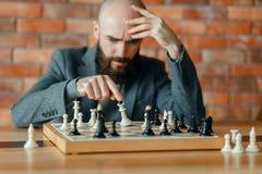 下象棋者了解他丢失了,将死 库存照片