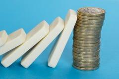下跌在堆的多米诺欧洲硬币 免版税库存图片