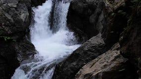 下跌在石头黑暗的深水池的水层数  股票录像