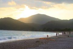 下跌在费特希耶, Oludeniz海滩的夜 免版税库存照片