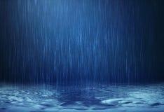 下跌对地板的雨水下落在雨季 免版税库存图片