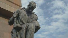 下跪俄国战士雕塑 影视素材