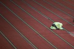 下跪回教位置祈祷妇女 免版税库存图片