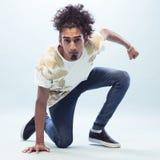 下跪在地板上的年轻男性Hip Hop舞蹈家 库存图片