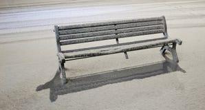 下长凳降雪 库存照片