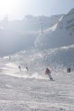 下降一个倾斜的滑雪者在阿尔卑斯 库存照片