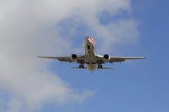 下降为登陆的美国航空喷气机圣地牙哥国际机场 免版税库存照片